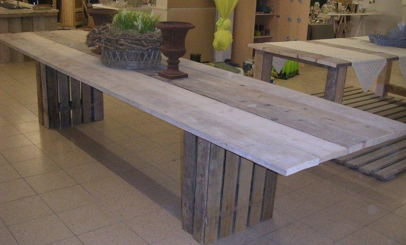 Wittetafel van hout lange witte tafel kloostertafels en